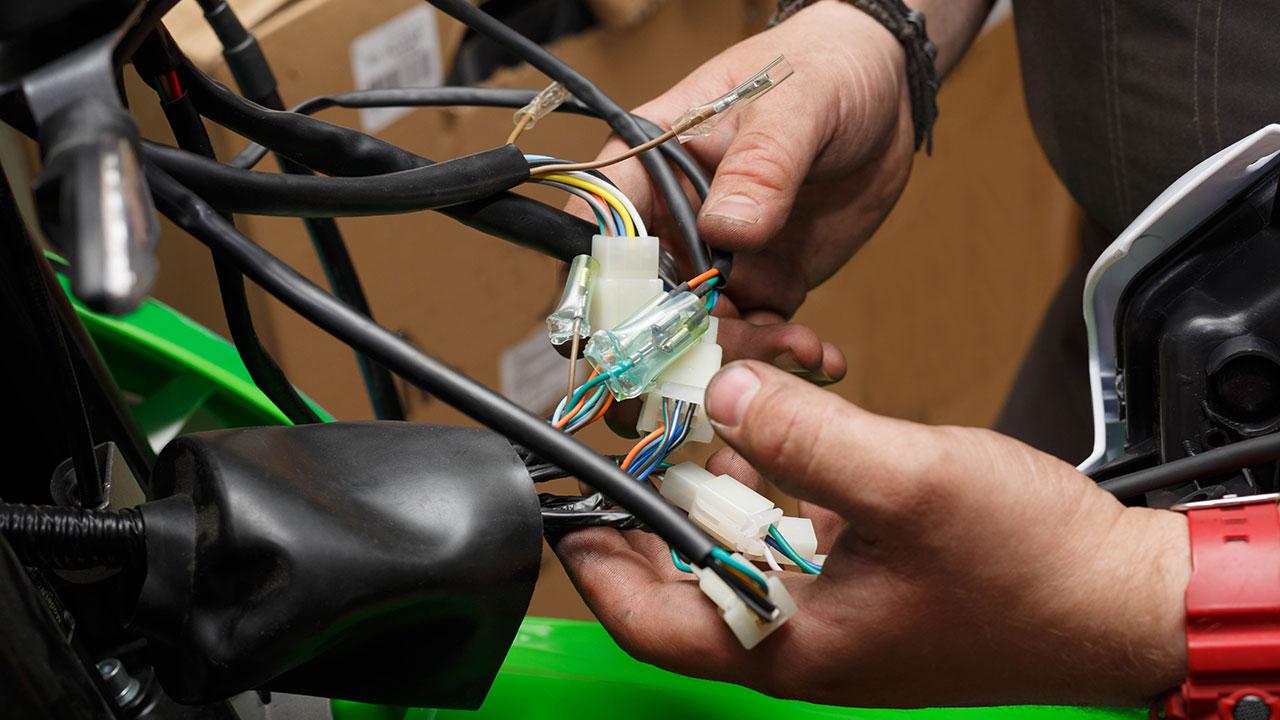 comprobando cables y conectores en las averías eléctricas en moto