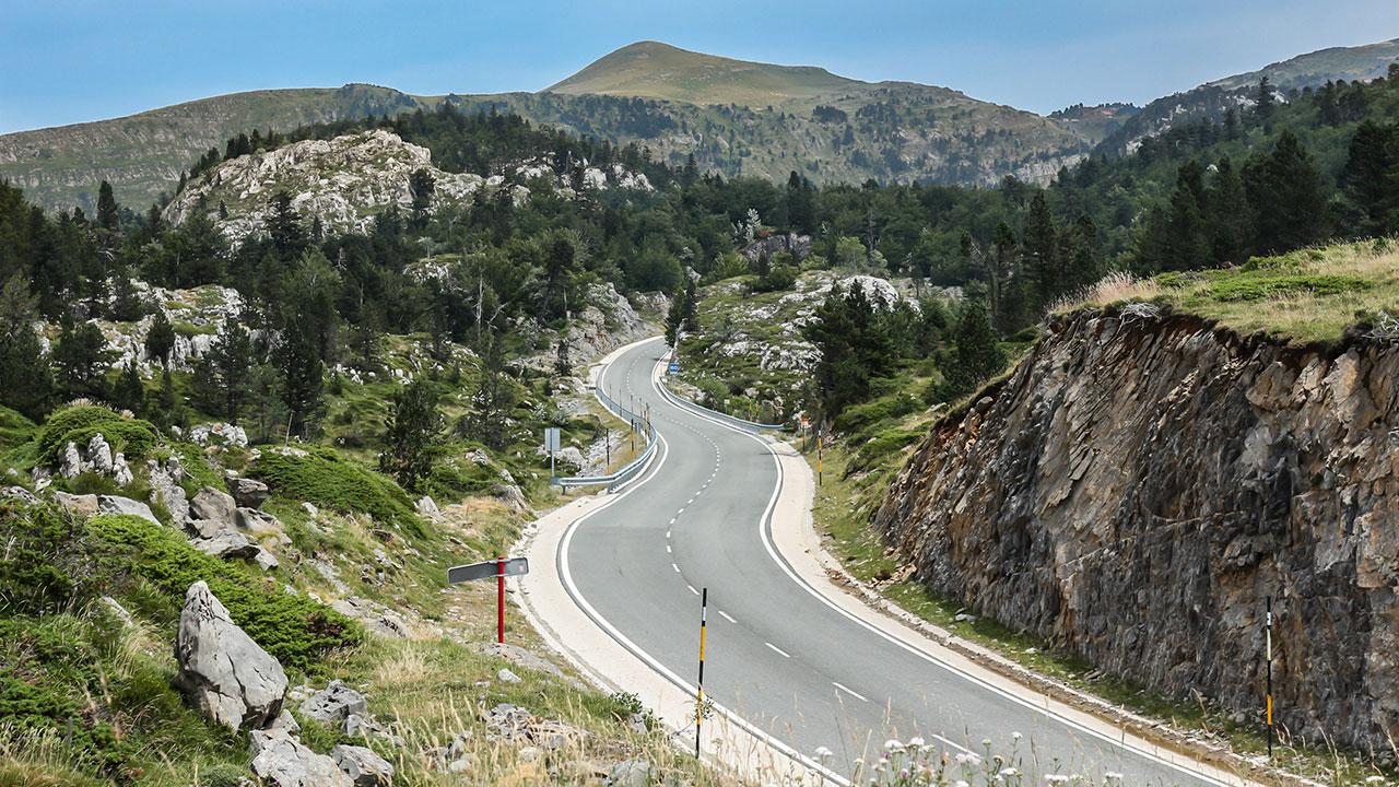 Carretera sinuosa del Valle del Roncal