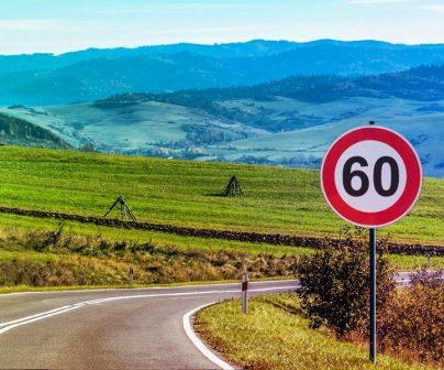 señal de velocidad en el lateral de una carretera