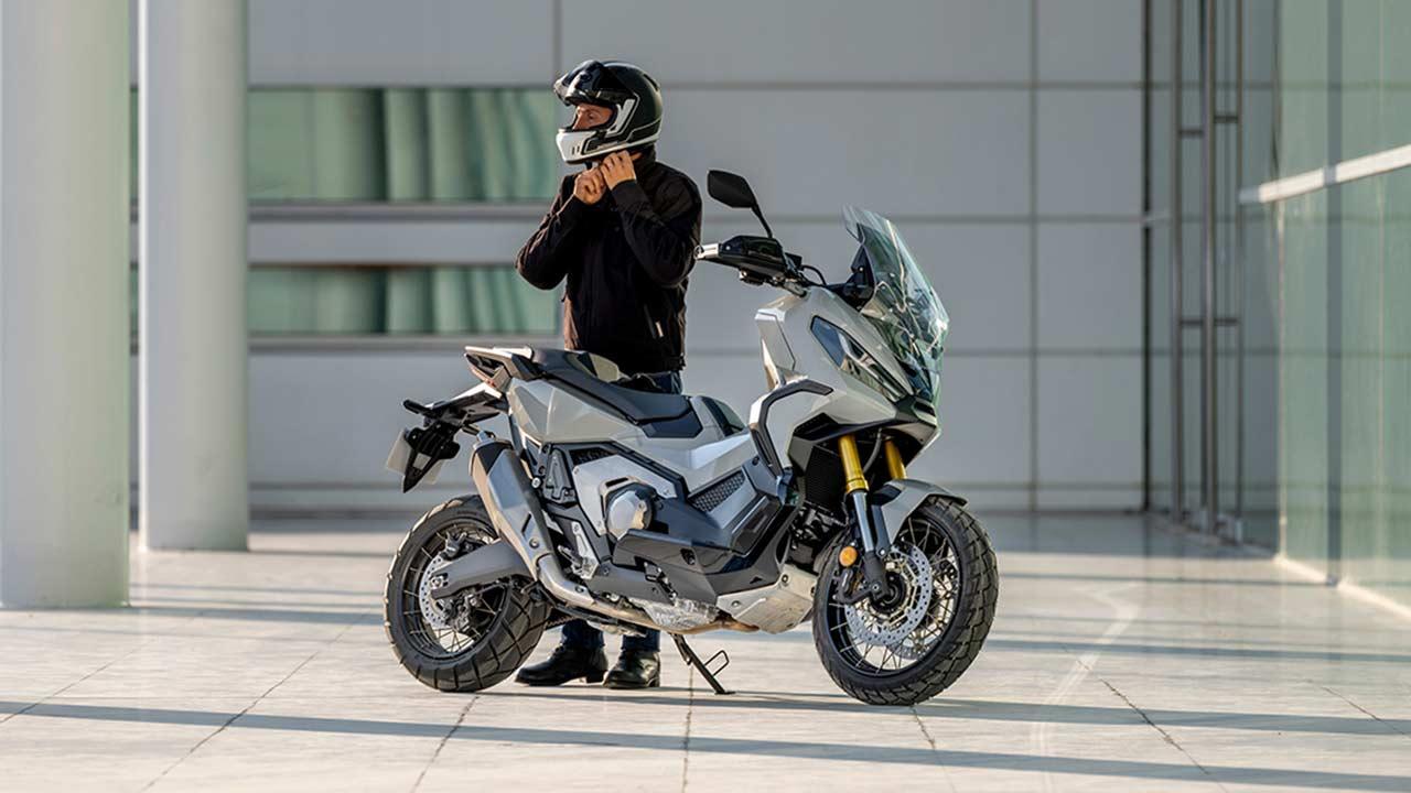 motero colocandose un casco como parte equipamiento para ir en moto