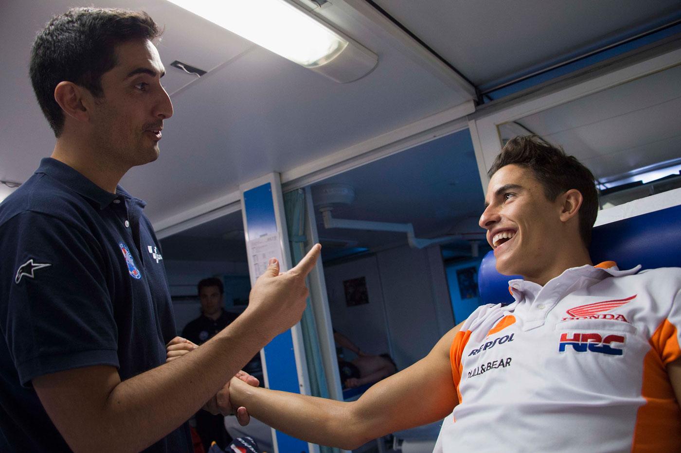 Marc Marquez y Carlos García en la clínica móvil