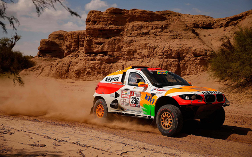 El coche de Isidre Esteve levantando una gran polvareda al pasar por el desierto