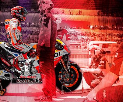 Marc Márquez en el pit lane con su equipo trabajando en la moto