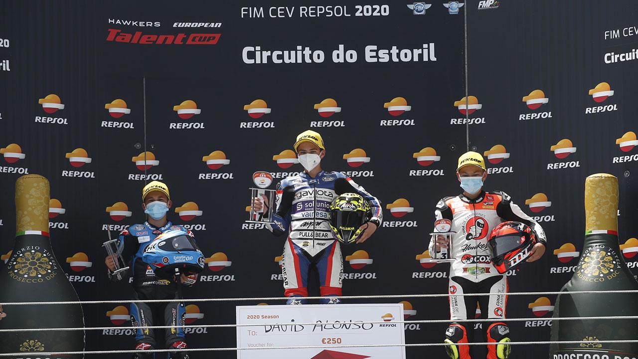 David Alonso y otros pilotos en el podio del Fim Cev Repsol en Estoril 2020