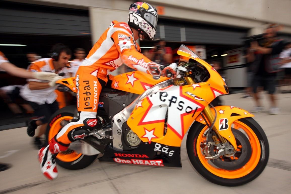 Diseño de moto y mono del equipo Repsol Honda por David Delfin en 2011
