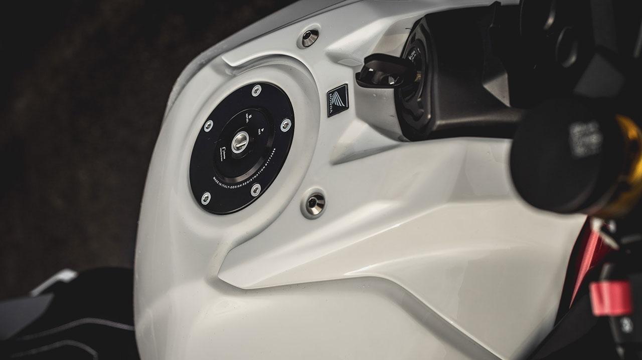 Tapón del depósito de carburante de una moto