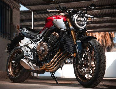 Moto honda siendo preparada para la desescalada en moto