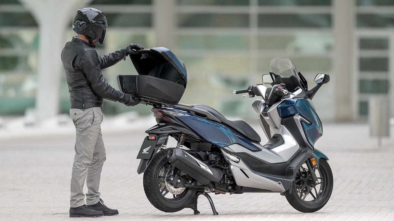desescalada en moto, motero comprobando la moto