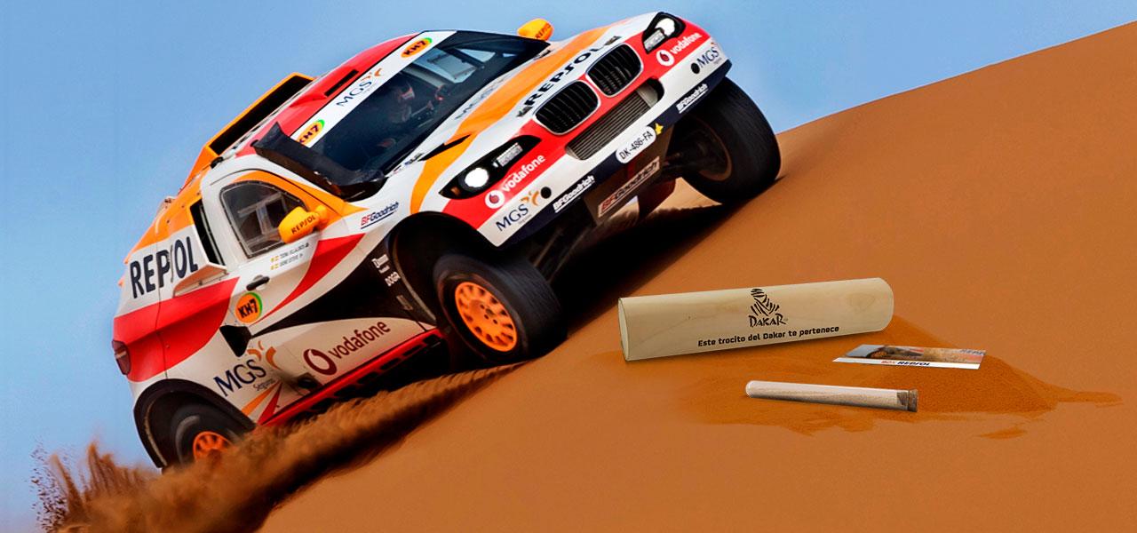 coche del Repsol Rally Team con arena del Dakar
