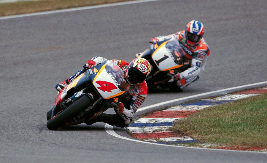 doohan-y-criville-pelean-en-una-curva-de-un-circuito-del-mundial-de-motos