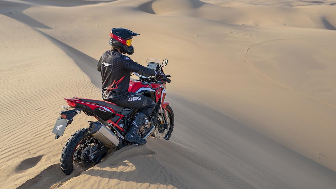 Motero sobre una Honda África Twin 2021 en una duna