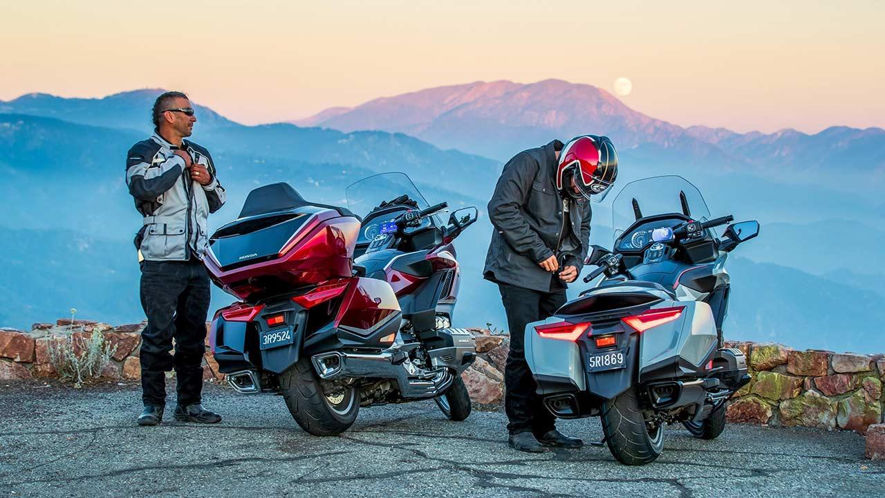 Moteros preparándose con equipamiento para ir en moto