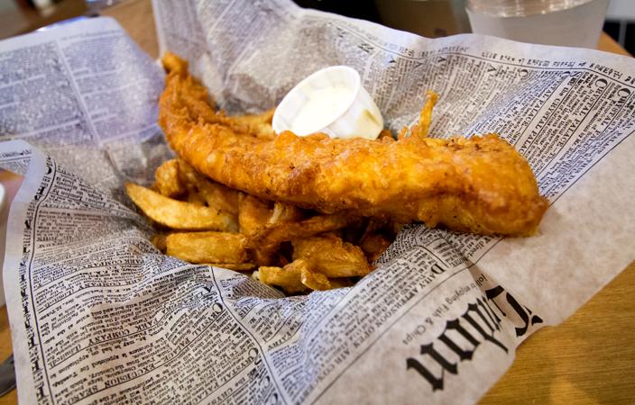 Típico Fish and Chips servido con papel de periódico.