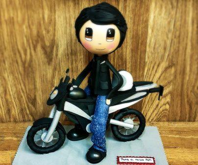 un muñeco brasileño llamado fofucha encima de una moto