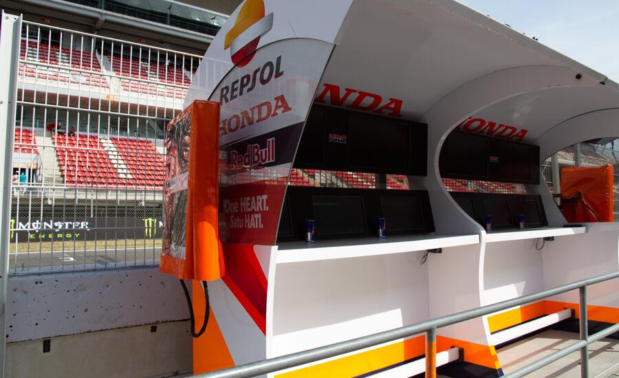 Cabina_de_control_del_equipo_Repsol_Honda_en_el muro