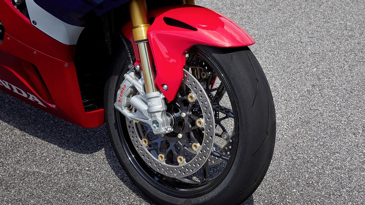 Rueda delantera con frenos de disco en una Honda CBR 1000 RR-R