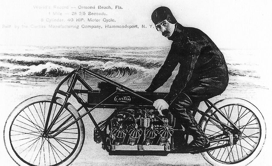 glenn-curtis-sobre-su-motov8-en-Florida-1907
