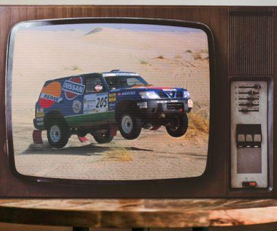 granada dakar en un televisor de los 90 con poster de doohan al fondo