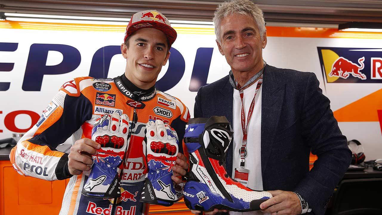 Marc Márquez y Mick Doohan mostrando equipamiento para ir en moto