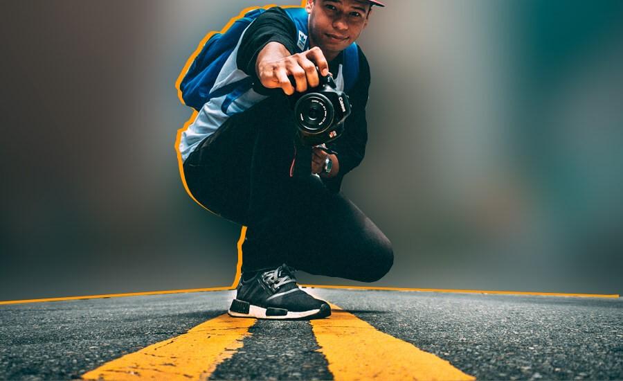 fotografo-tomando-una-instantanea-de-la-carretera