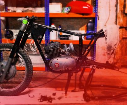 Motociclo a medio montar en taller