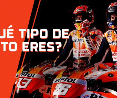 Marc Márquez y Dani Pedrosa parados sobre sus motos con la visera abierta