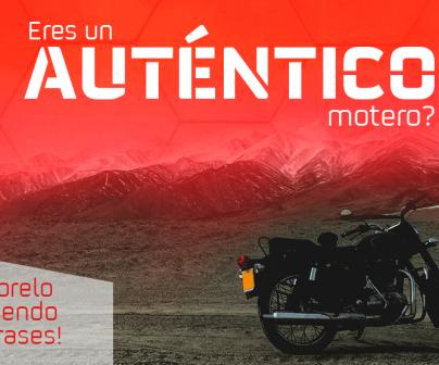 Moto negra aparcada en paraje montañoso