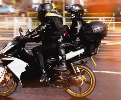 Madre e hijo en moto