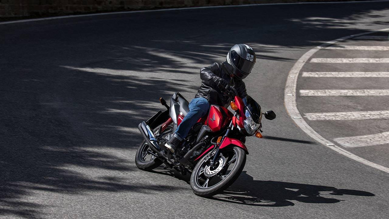 Motero circulando sobre una Honda CB125F