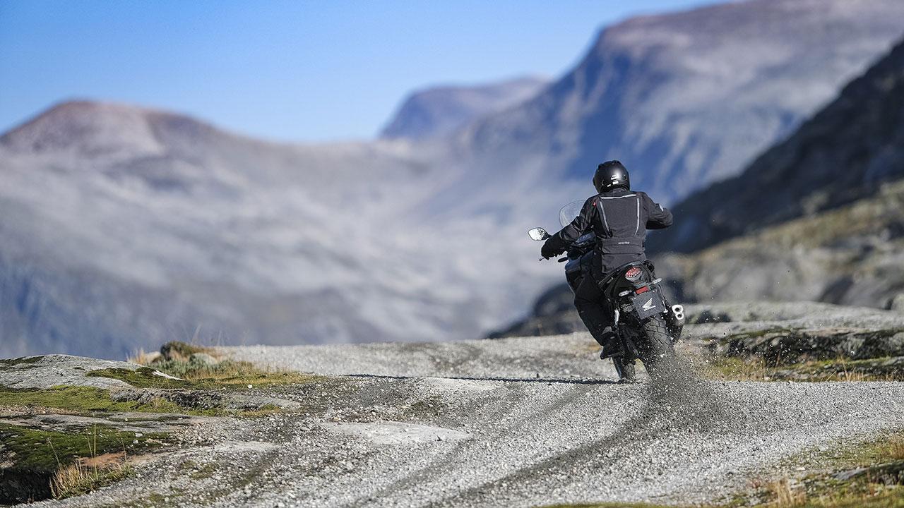 moto a2 honda cb500x derrapando en gravilla