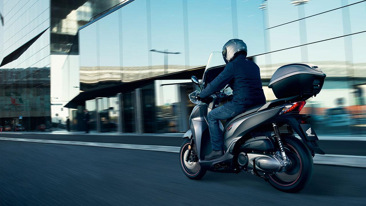 moto a2 honda sh300i con confre circulando