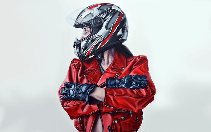 Motera con cazadora roja