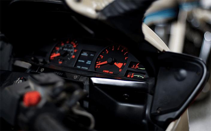Detalle pantalla moto de calle