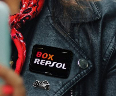 Unparche motero con el logo del Box Repsol en la solapa de una chaqueta