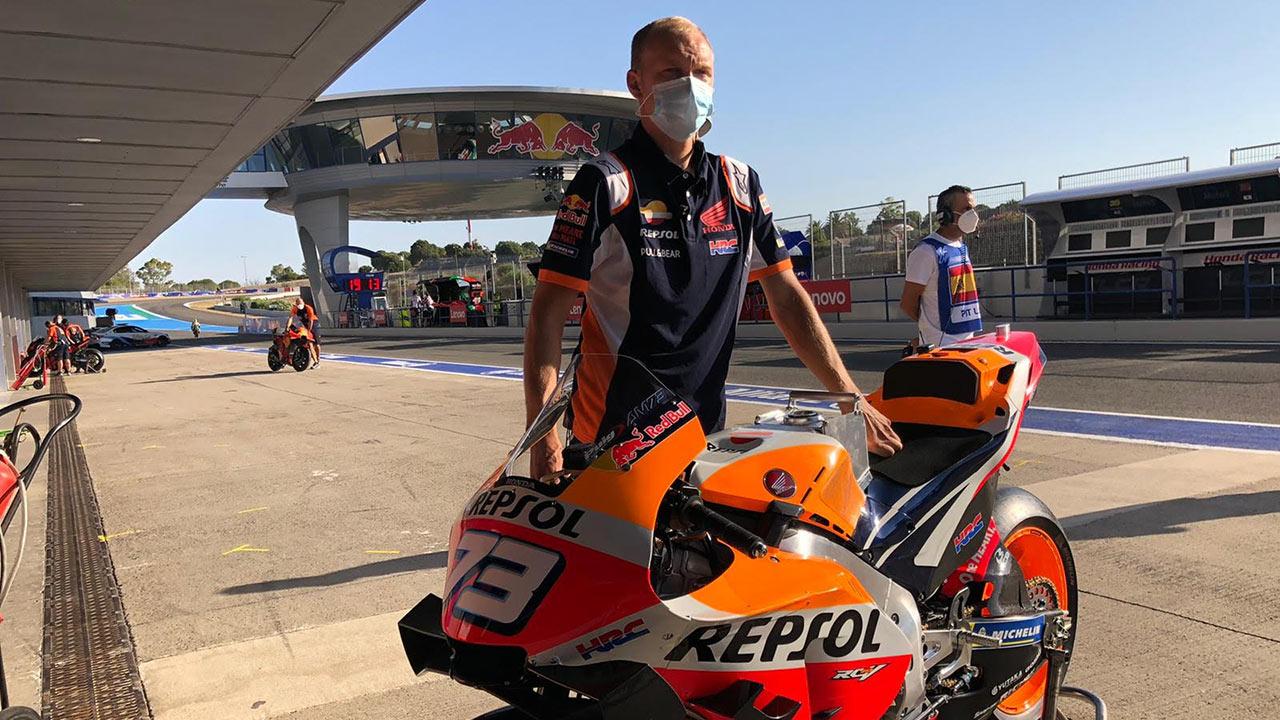 Mecánico con mascarilla sosteniendo la moto de Alex Márquez
