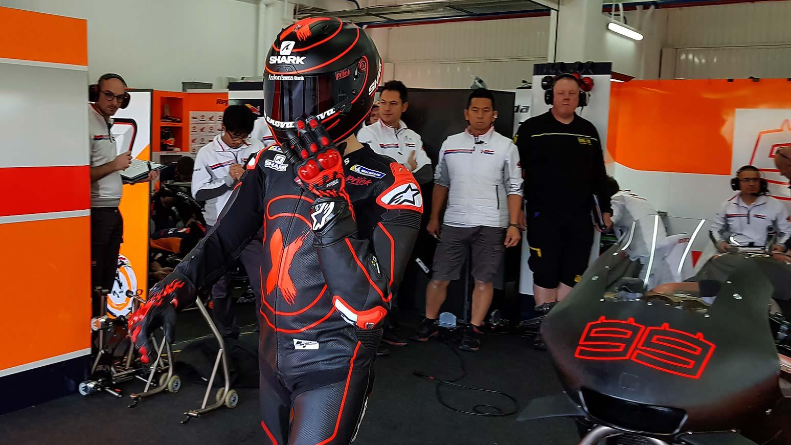 Jorge Lorenzo poniendose el casco