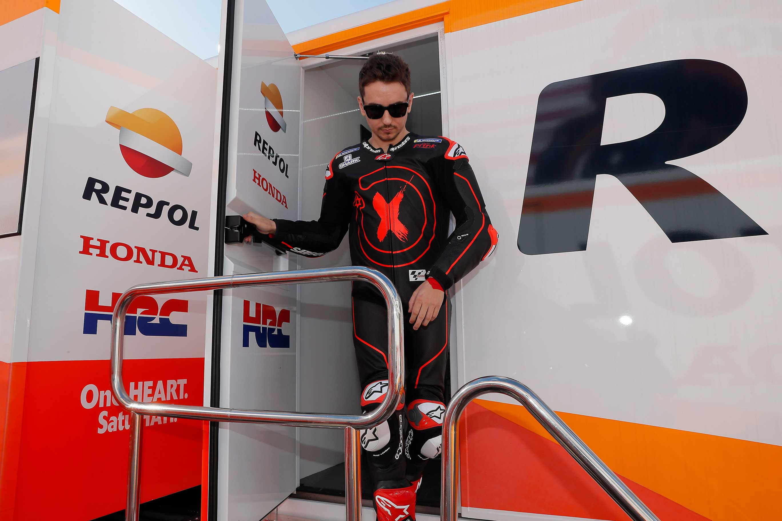 Jorge Lorenzo saliendo del motorhome Repsol Honda
