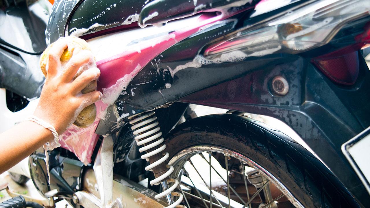 lavando una moto con esponja