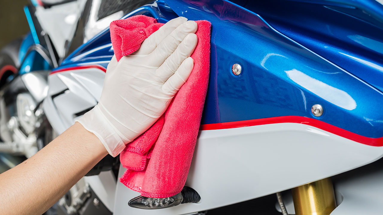 secando la moto con una bayeta de microfibras