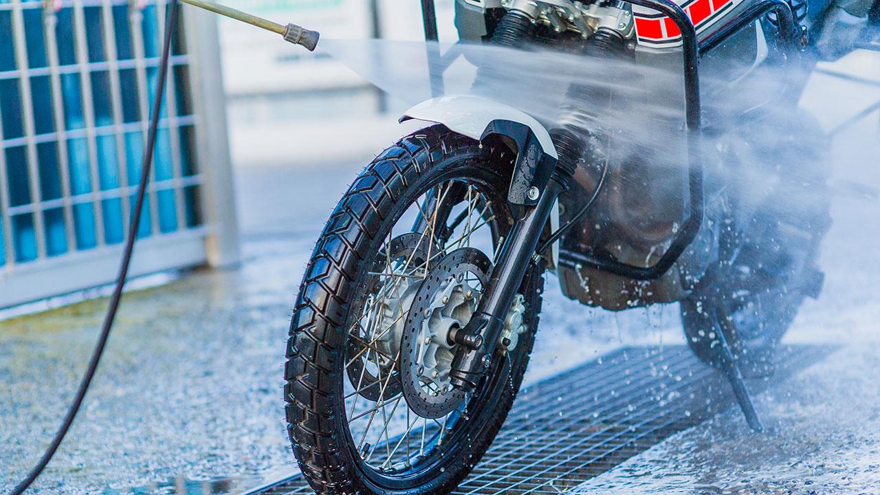 aclarando una moto con una lanza de agua