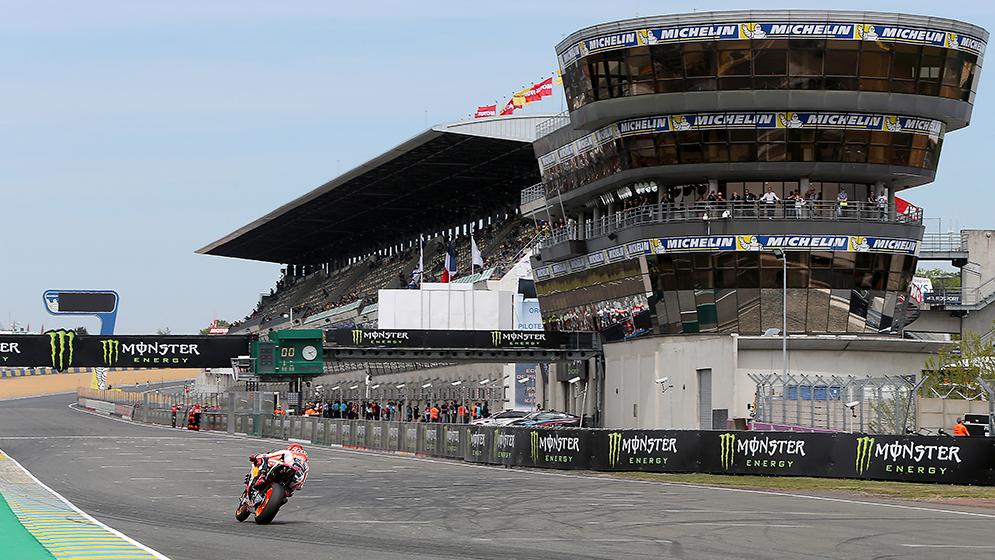 Marc Márquez corriendo en Le Mans, plano general