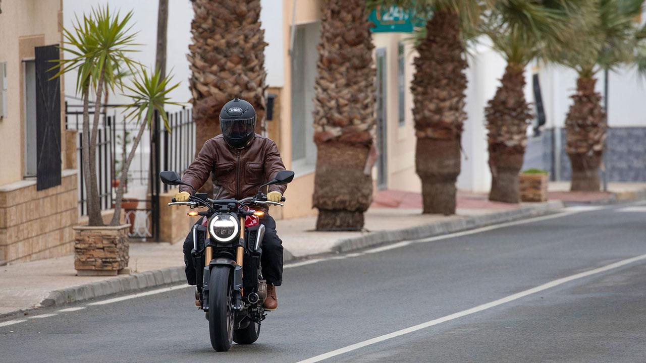 motero respetando los límites de velocidad en ciudad