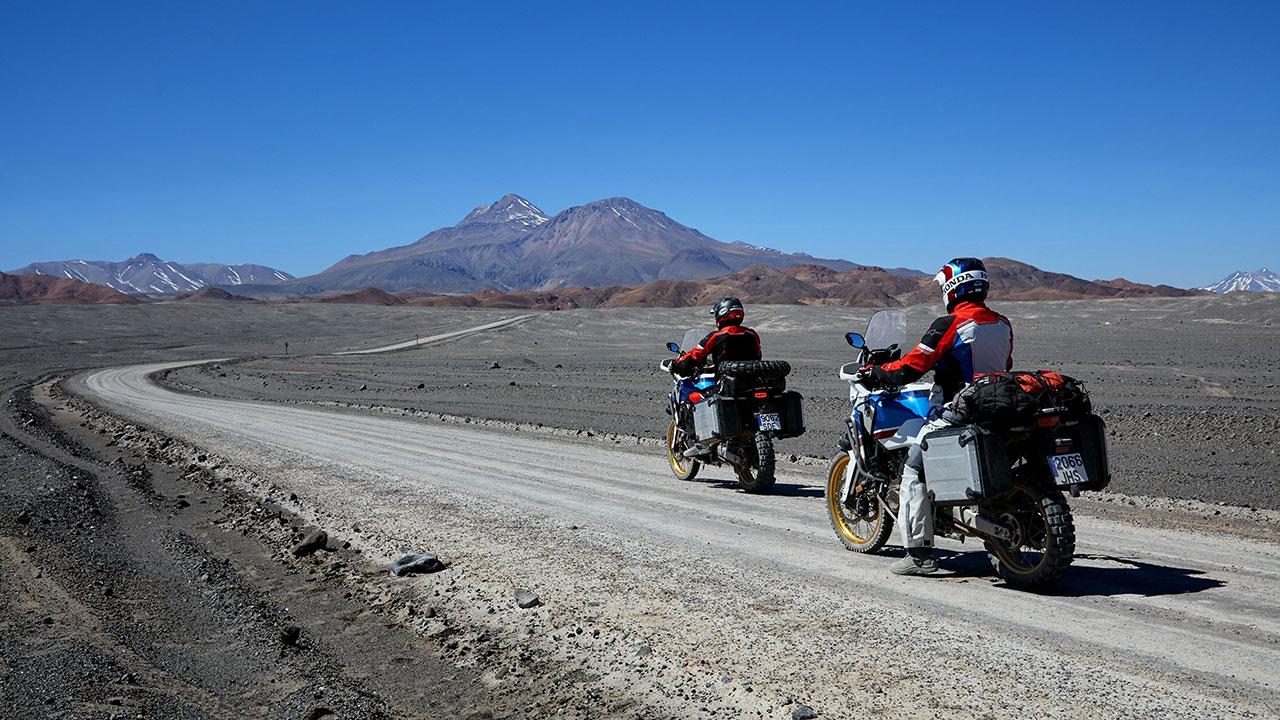 Moteros respetando los límites de velocidad en carretera sin asfaltar