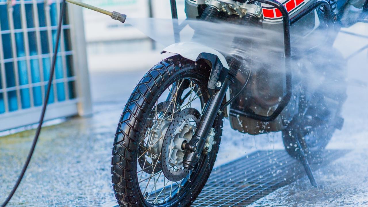 Cómo lavar una moto: aprende a limpiar tu motocicleta a fondo