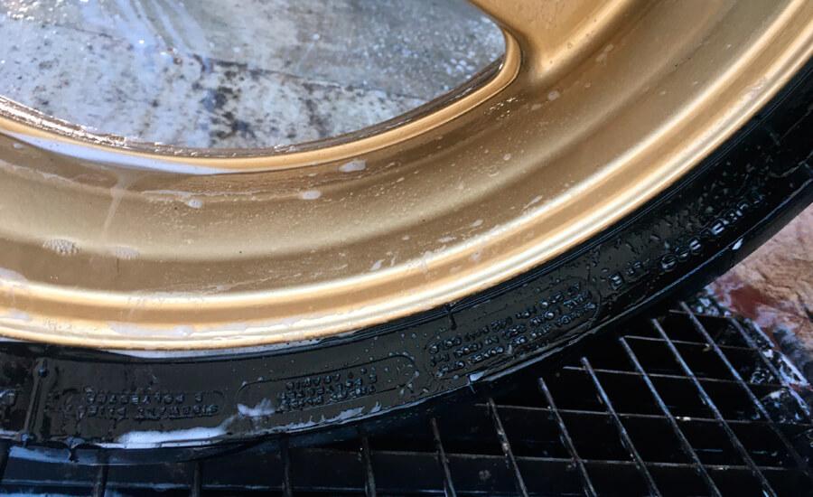 limpieza-llanta-dorada-cbr600rr-con-agua-y-jabon