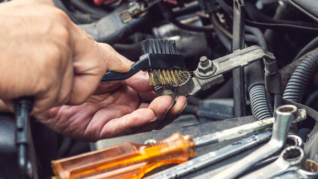 Limpiando conexiones para evitar averías eléctricas en moto
