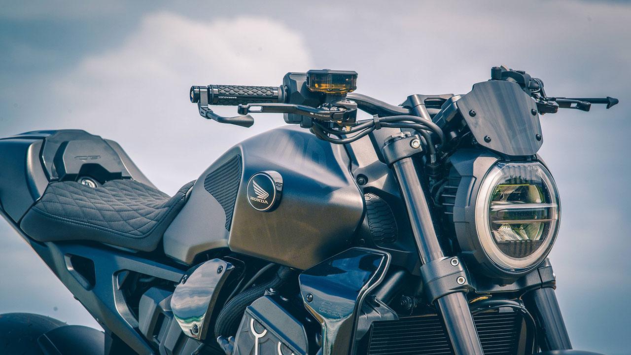 Manetas y bomba de freno de una moto