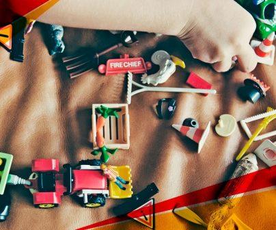 jugando con juguetes moteros