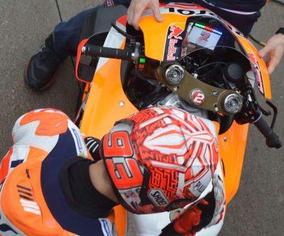 Marc Márquez junto a su moto con el dashboard celebrando el Mundial