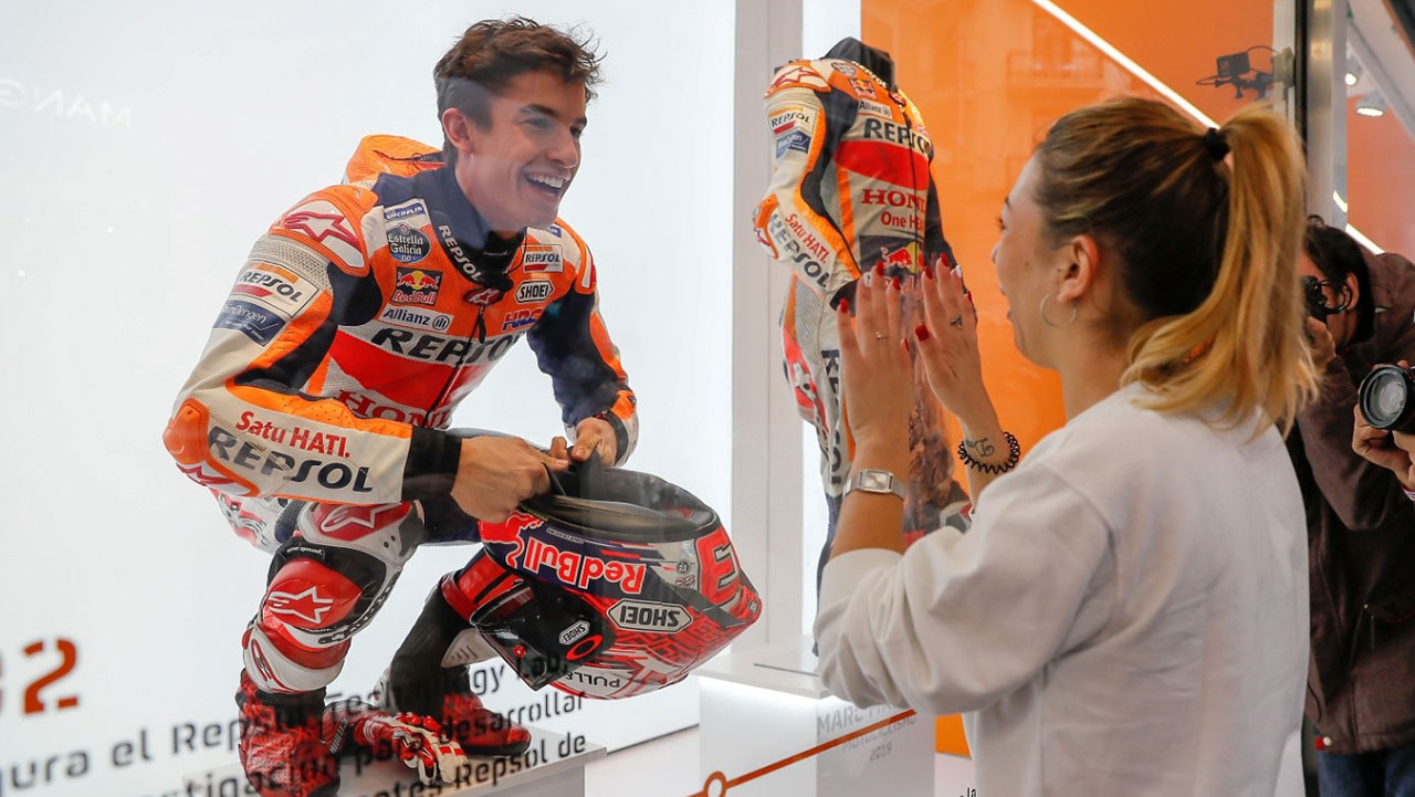 Marc Márquez in a showcase of the Corte Inglés with fan